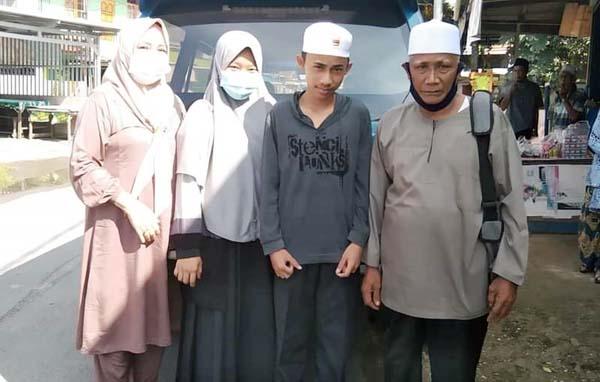 Nurul Hidayah dan Abdul Latif Al Fashni didampingi Ustadz H. Abdullah Nuhung Persiapan Berangka Menuju Jambi, Sabtu (11/10/21). FOTO : KHUSUS