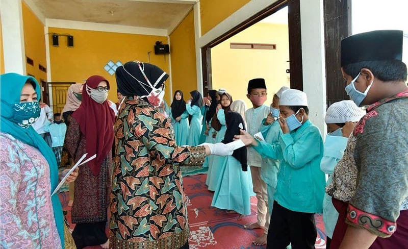 Ketua Dekranasda Provinsi Jambi Hj. Rahima Fachrori menyalurkan Bantuan Kemanusiaan Dekranas Melawan Covid-19 kepada Telanai Pura untuk tiga panti asuhan di Kota Jambi, Senin (20/04/20)
