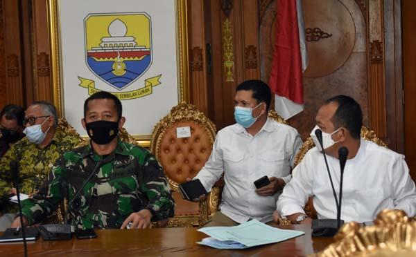 FOTO : Kasiter Kasrem 042/Gapu Kolonel Arh Mokhamad Ibnu Sukelan Saat Hadiri Rakor Kebijakan Larangan Mudik Lebaran di ruang rapat Gubernur, Jumat (16/04/21).