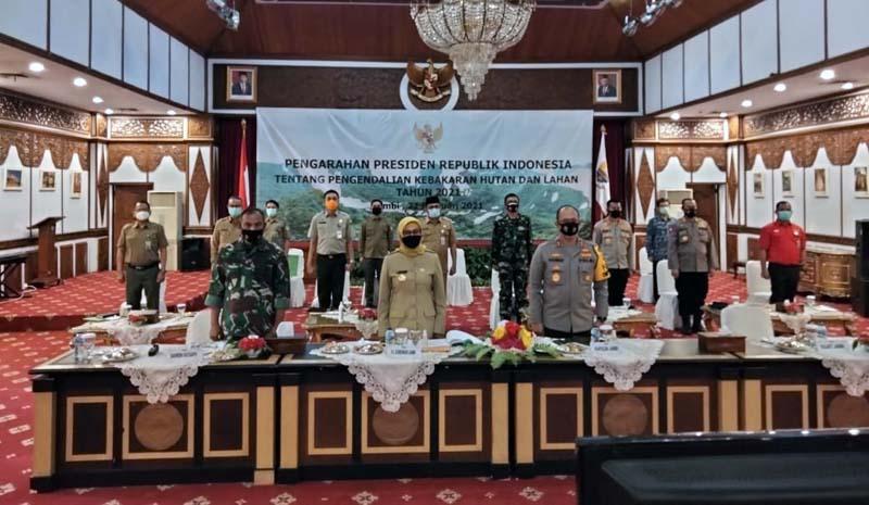 FOTO : Komandan Korem 042/Gapu Brigjen TNI M. Zulkifli bersama Pj. Gubernur Jambi Dr. Hari Nur Cahya Murni mengikuti Vidcon Rakornas Pengendalian Kebakaran Hutan dan Lahan tahun 2021, di auditorium Rumdis Gubernur Jambi, Senin (22/02/21).