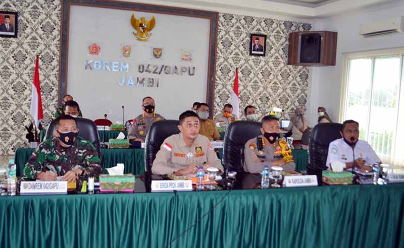FOTO : Kasiter Kasrem 042/Gapu Kolonel Arh Mokhamad Ibnu Sukelan menghadiri Rapat Koordinasi Khusus Karhutla Tingkat Kabupaten/Kota Prov Jambi, di ruang rapat Makorem 042/Gapu, Senin (15/02/21).