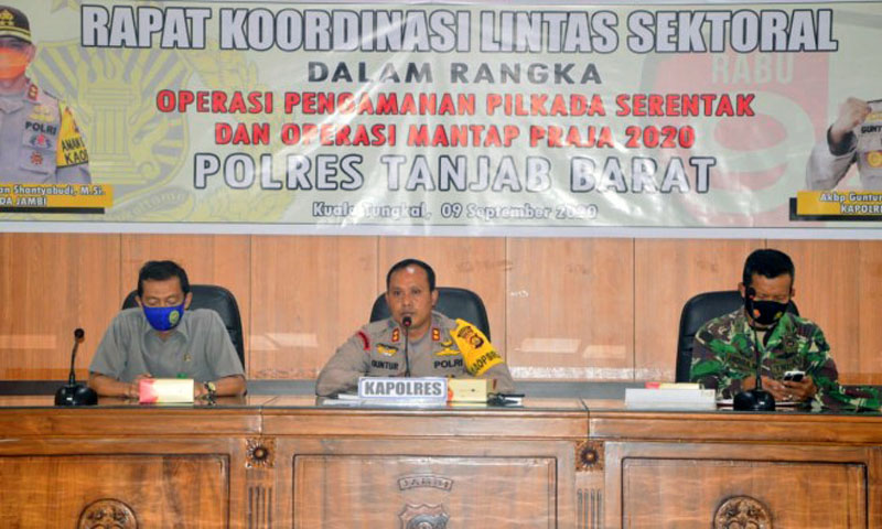 FOTO : Kapolres Tanjab Barat, AKBP Guntur Saputro, SIK MH didampingi oleh Ketua Pengadilan Negeri Kuala Tungkal Andi Hermawan SH, MH (kiri) dan Kasdim 0419/Tanjab Mayor CHB Indra Wijaya, SH (kanan) di Aula Rekunfu Mapolres, Rabu (09/09/20).