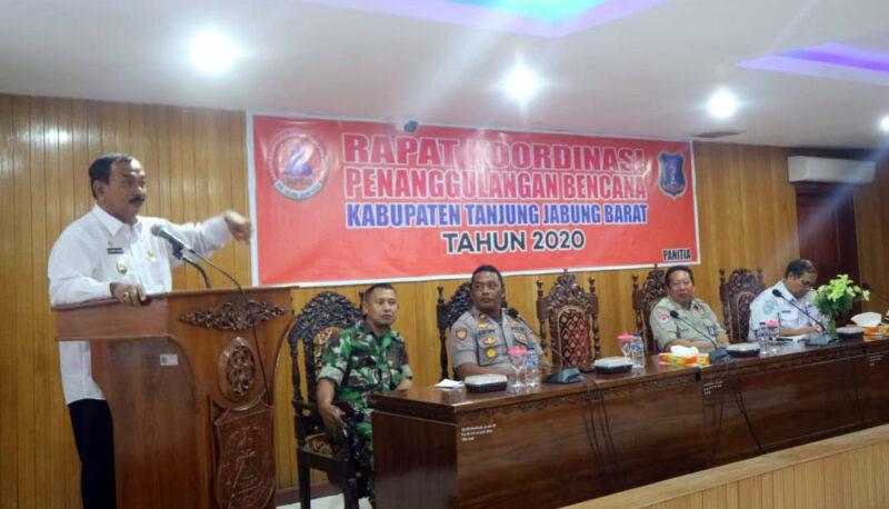 FOTO : Wakil Bupati H. Amir Sakib Saat Membuka Rapat Koordinasi Teknis Penanggulangan Bencana Hidrometeorologi di Ruang Pola Utama Kantor Bupati, Rabu (22/01/20)