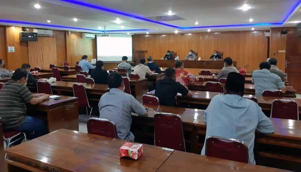 Rapat Pemkab Tanjab Barat dengan Satgas Covid-19 Pola Atas Kantor Bupati Terkait Zona Merah, Kamis (22/07/21). FOTO : ZN