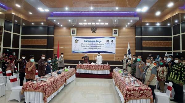 Bupati Tanjabbar H. Anwar Sadat dan Satgas C-19 Saat Rapat Bersama Pj Gubernur Jambi di Rumah Dinas Bupati, Sabtu (05/06/21).