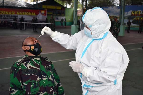 FOTO : Prajurit dan PNS Korem 042 Gapu Saat Dilakukan Rapid Tes Antigen, Rabu (14/07/21).