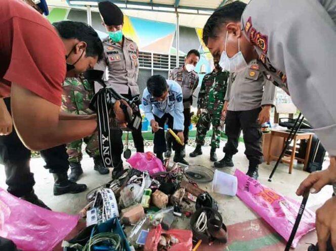 FOTO : Petugas Menunjukan Hasil Razia Terhadap Warga Binaan Lapas Kelas II B Kuala Tungkal