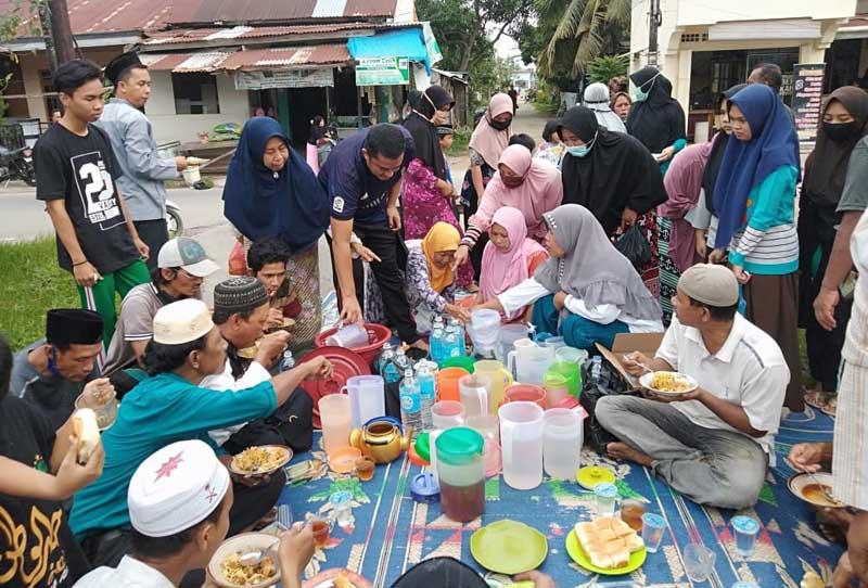 FOTO : Warga Jalan Balai Marga, Kelurahan Tungkal II Kuala Tungkal Melaksanakan Acara Rebo Mustamir, Rabu (14/10/20).