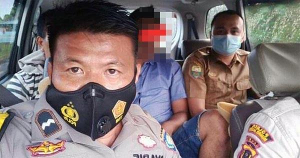 Polisi bersma Kapala Desa Membawa AP (28) untuk Menjalani Rehabilitasi akibat Narkoba, Kamis (01/07/21). FOTO : Jambitergetindo.