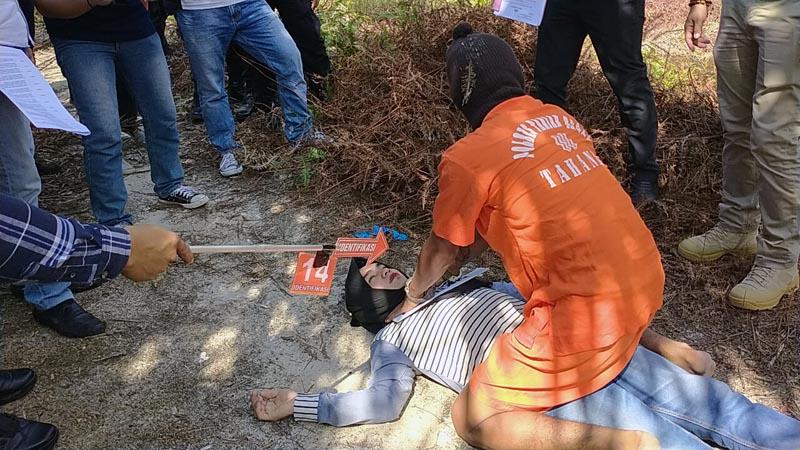 FOTO : Tersangka FR Memperagakan Pembunuhan dengan Cara Mencekik Korban pada adegan ke 14 saat Rekontruksi pada Selasa (12/05/20)