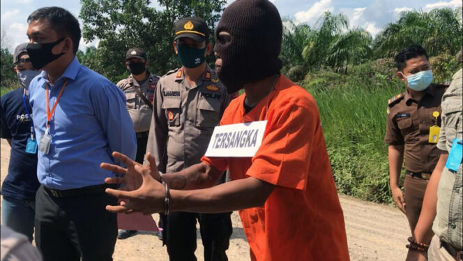 FOTO : Pelaku Pembunuhan Inah Siswi SMPN 1 Betara saat Menjalai Rekonstruksi di TKP, Selasa (12/05/20)
