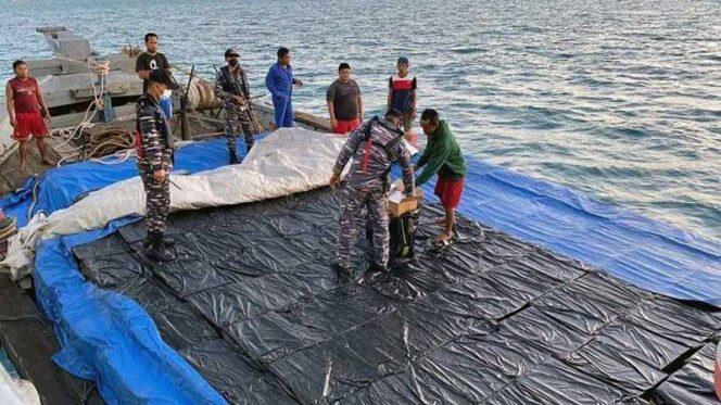 Penyelundupan ribuan kardus rokok yang diperkirakan senilai Rp 5 miliar, berhasil digagalkan oleh KRI Alamang-644 di Perairan Batam, Kepulauan Riau, Sabtu (27/03/21). FOTO : Istimewa