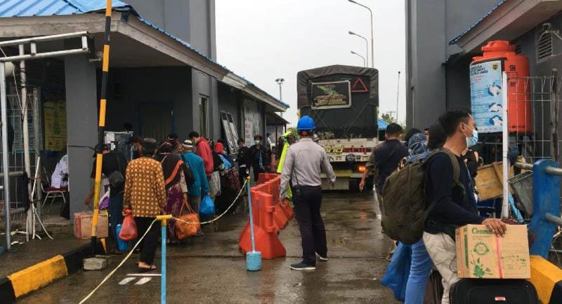 FOTO : Arus Penumoang orang dan Kendaraan di Pelabuhan Roro Terpantau Padat pada Selasa, (29/12/20)