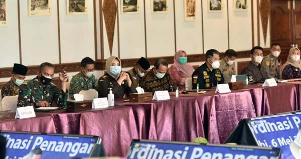 FOTO : Danrem 042/Gapu Brigjen TNI M. Zulkifli Saat Menghadiri Rapat Koordinasi Penanganan Covid-19 dan Mitigasi Bencana Wilayah Jambi di Auditorium Rumdis Gubernur Jambi, Kamis (06/05/21).