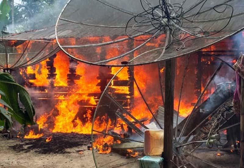 FOTO : Api Memakan Rumah milik Husni di Jalan Walet RT 005/002 Desa Dataran Kempas, Kelurahan Tebing Tinggi pada Kamis (11/2/21)