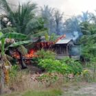 Api Saat Membakar Rumah Hermanto (42) warga RT 11, Dusun Tanjung Harapan, Desa Sungai Dualap, Kecamatan Kuala Betara, Jumat (24/9/21). FOTO : ISTIMEWA