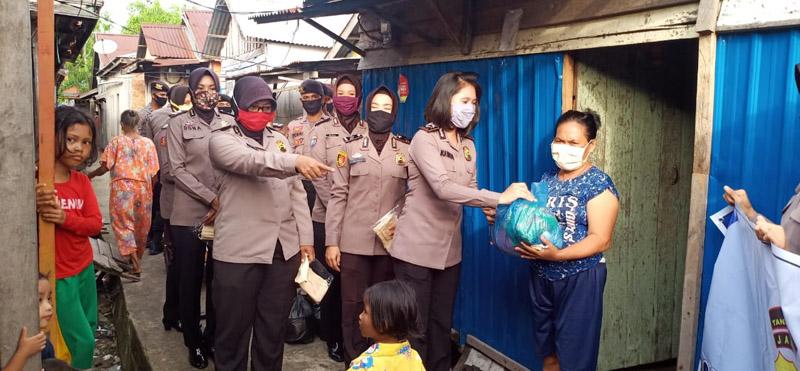 FOTO : Personel Polwan Peduli Covid-19 Polres Tanjung Jabung Barat Saat Baksos Door to Door Menyalurkan Paket Bahan Kebutuhan Pokok Disertai Masker kepada Warga Terdampak Covid-19, Rabu (29/04/20)