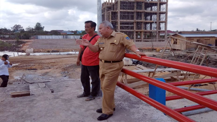 FOTO : Bupati Tanjabbar Dr. Safrial meninjau proyek peningkatan jaringan irigasi rawa sheet file dan pintu air, , Selasa (28/01/20).