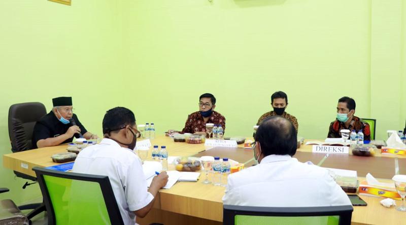FOTO : Bupati Tanjung Jabung Barat, Dr. H. Safrial Saat Memimpin Rapat Umum Pemegang Saham (RUPS) Bank Tanggo Rajo di Aula Kantor Bank Tanggo Rajo, Rabu (22/04/20).