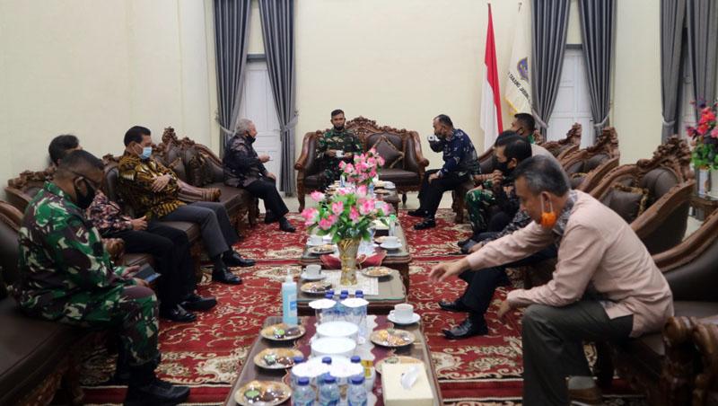 FOTO : Penyambutan Kunjungan Kerja dan Silaturahmi Kasdam II/ Sriwijaya Palembang Brigjen TNI Mohammad Zamroni, S.IP beserta Rombongan di Rumah Jabatan Bupati, Sabtu (30/05/20)