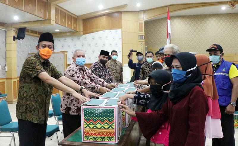 FORO : Penyerahan Secara Simbolis oleh Bupati Tanjung Jabung Barat Dr. H. Safrial Kepada Warga Penerima, Kamis (14/05/20).