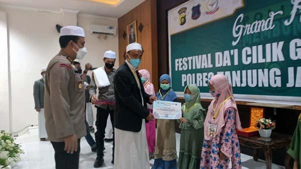 FOTO : Grand Final Dai Cilik Online di Aula Mapolres Tanjab Barat dengan tetap menerapkan protokol kesehatan, Sabtu (08/05/21).