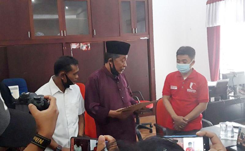 FOTO : Abdullah Sani Saat Menyerahkan Surat Pengunduran Diri di Sekratariat DPD PDIP Provinsi Jambi, pagi ini, Sabtu (29/08/20).