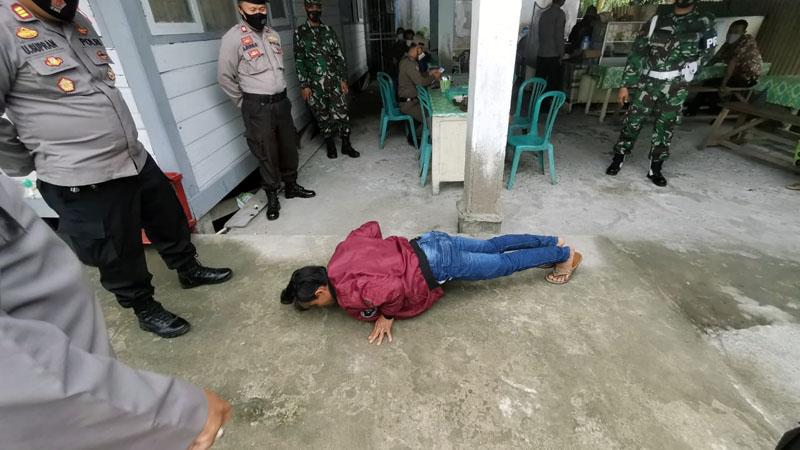 FOTO : Hukuman Push Up Diberikan kepada Warga yang kedapatan Tidak Menggunakan Masker saat Terjaring Operasi Yustisi, Kamis (17/09/20)