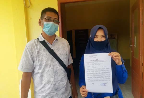 Korban Didampingi Suami Usai Membuat Laporan di Mapolres Sarolangun. FOTO : Hendri