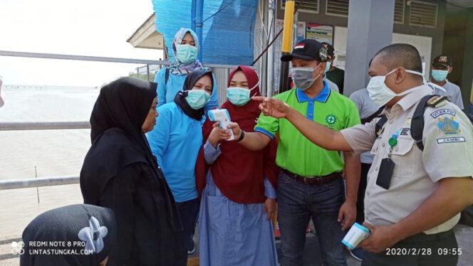 FOTO : Kapolres Tanjab Barat AKBP Guntur Saputro S.IK, MH Ketika Memeriksa Penumpang Menggunakan thermal scanne di Pelabuhan Roro, Jumat (28/02/20).