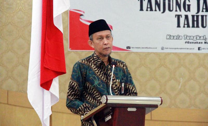 FOTO : Sekretaris Daerah H. Agus Sanusi Saat Sampaikan Sambutan Bupati pada acara Deklarasi Kampanye Damai yang diselenggarakan oleh KPU Tanjab Barat di Balai Pertemuan, Sabtu (26/09/20).