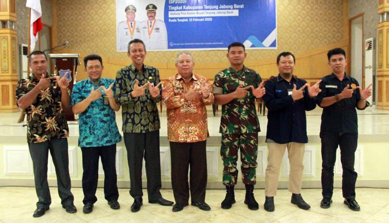 FOTO : Bupat Tanjab Barat Dr. Safrial bersama Kepala BPS Wasi Riyanto, S.St, ME pda Rakor Sensus Penduduk (SP) 2020 di Gedung Balai Pertemuan Kantor Bupati, Kamis (13/02/20).