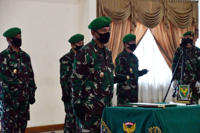 FOTO : Serah Terima Jabatan Komandan Korem 042 Garuda Putih Jambi dari Kolonel Arh Elphis Rudy, M.Sc, SS kepada Kolonel Kav M. Zulkifki, S.IP, MM di Gedung Sudirman Kodam II/Sriwijaya, Palembang, Kamis (23/04/20).