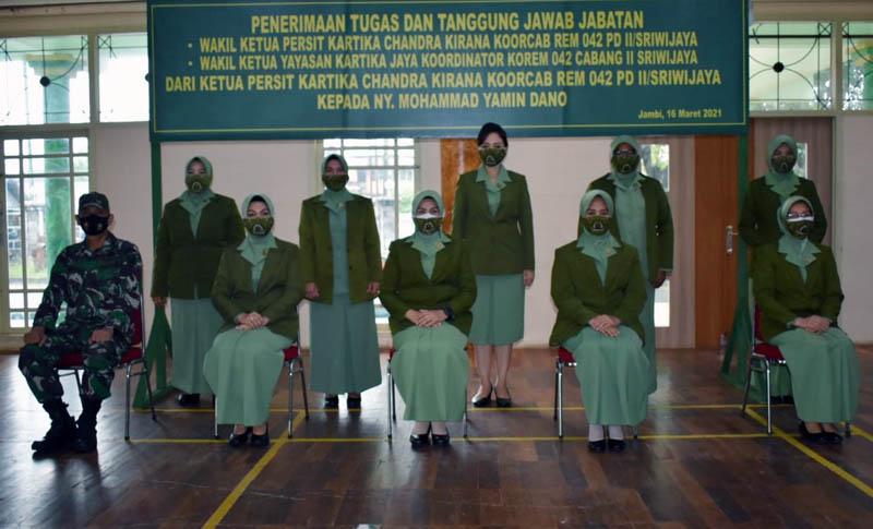 FOTO : Penyerahan Tugas dan Tanggung Jawab Wakil Ketua Persit KCK Koorcab Rem 042 PD II/ Sriwijaya, Selasa (16/03/21)