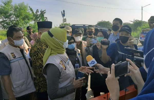 Pj Gubernur Jambi Diwawancari Wartawan Saat Sidak Pasar Angso Duo Jambi, Sabtu (08/05/21). FOTO : Istimewa