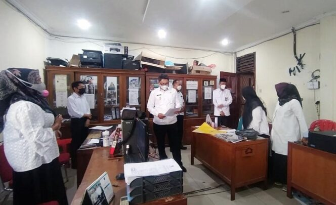 Wakil Bupati Tanjung Jabung Barat, Hairan SH melakukan inspeksi mendadak di Setda Tanjab Barat guna melihat tingkat kehadiran pegawai ASN, Rabu (03/03/21).