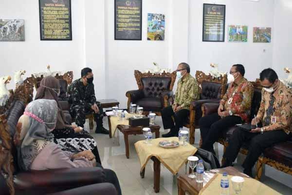 Silaturrahmi Rektor UNJA Dr. Kamid, M.Si ke Makorem 042/Gapu Jambi Disambut Kasrem Kolonel Inf M. Yamin Dano, Kamis (17/06/21). FOTO : KAPENREM.