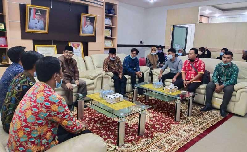 Silaturrahmi Sejumlah Pengurus, Mahasiswa dan Alumni Universitas Terbuka (UT) Kabupaten Tanjung Jabung Barat dengan Bupati H. Anwar Sadat, FOTO : UT TJB