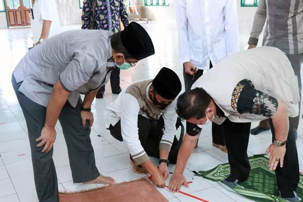 Bupati Tanjab Barat H. Anwar Sadat Saat Hadiri Simulasi Penerapan Protokol Kesehatan untuk Shalat Idul Fitri 1 Syawal 1442 H di Ponoes Al-Baqiatush Shalihat, Jumat (07/05/21). FOTO : Prokopim