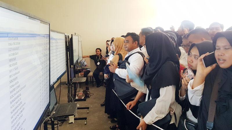 FOTO : Peserta CPNS Tanjab Barat Saat Menyaksikan Layar Monitor Pelaksanaan SKD di BW Luxury Hotel Kita Jambi, Kamis (20/02/20)