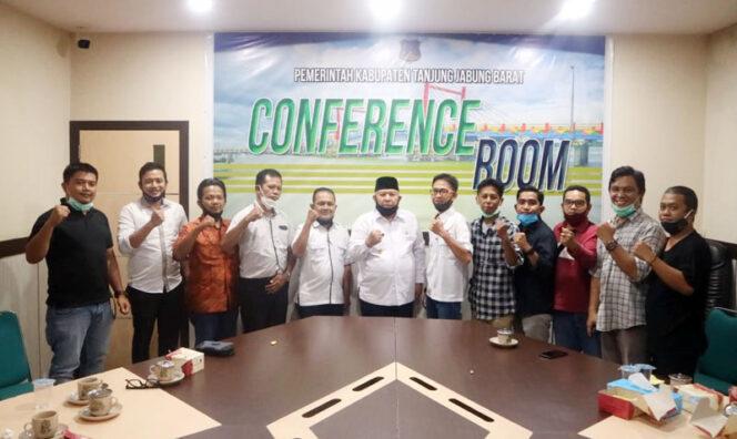 Jajaran pengurus dan anggota SMSI Kabupaten Tanjab Barat mengelar audiensi bersama Bupati Safrial, Rabu (19/08/20).