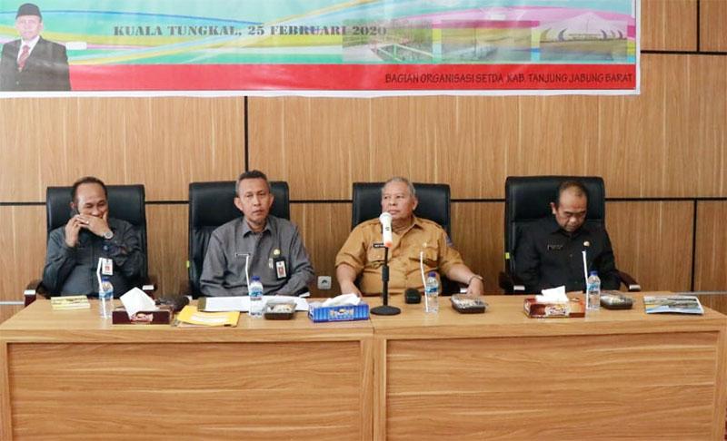 Bupati Tanjung Jabung Barat DR. Ir. H. Safrial MS Memimpin Rapat koordinasi SAKIB di Aula Lt. 3 Kantor Bappeda Tanjab Barat, Selasa (25/02/20). FOTO/Humas Setda Tjb