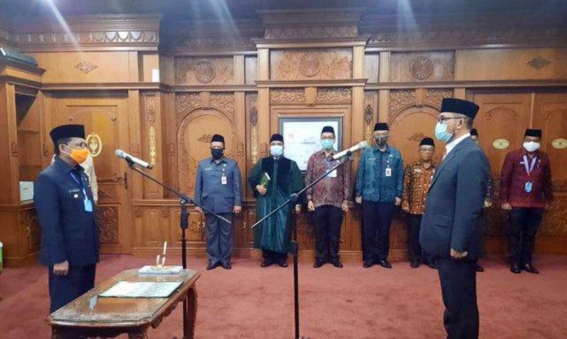 FOTO : Gubernur Jambi, Fachrori Umar Saat Melantik dan Mengambil Sumpah Jabatan H. Sudirman untuk ketiga kalinya sebagai Penjabat (Pj) Sekretaris Daerah Provinsi Jambi, Kamis (30/07/20).