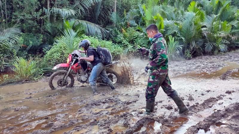 FOTO : Dandim 0419/Tanjab Letkol Inf Erwan Susanto saat Menuju ke Sasaran TMMD Ke-108 di Desa Labuhan Pring Kecamatan Sadu, Kabupaten Tanjung Jabung Timur, Jum'at (26/06/20).