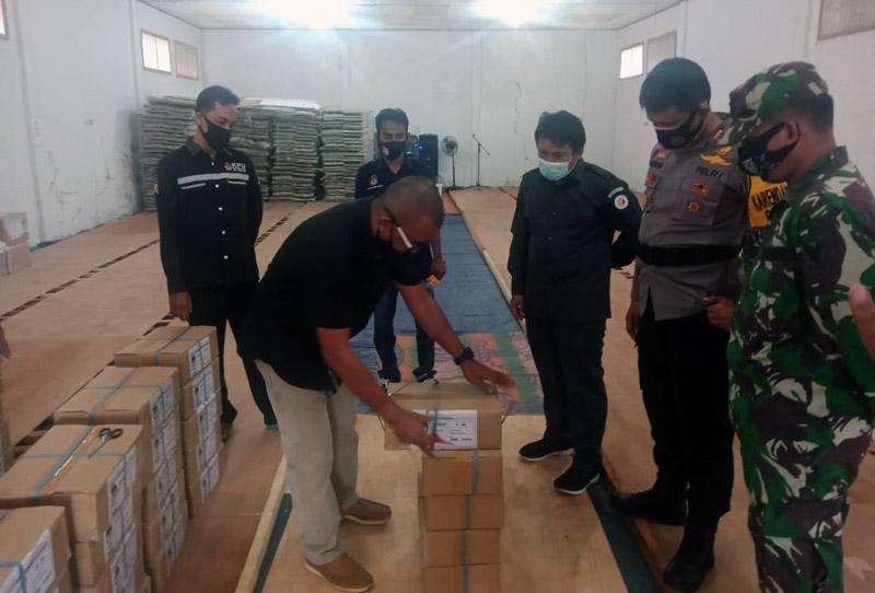 FOTO : Surat suara untuk Pilkada 2020 yang Sudah Diterima oleh KPU Kabupaten Tanjab Timur, Minggu (15/11/20)