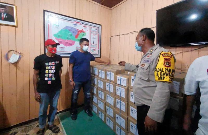 FOTO : Komisi Pemilihan Umum (KPU) Kabupaten Tanjung Jabung Barat Saat Menerima Logistis untuk Pilkada Bupati dan Wakil Bupati Tanjab Barat 2020 pada Minggu (15/11/20).