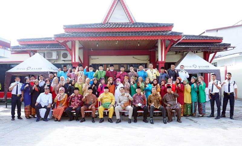 FOTO : Bupati Tanjung Jabung Barat Dr. H. Safrial Bersama Pimpinan dan Karyawan Bank Jambi pada Acara HUT ke-58 di halaman Bank Jambi Cabang Kuala Tungkal, Jumat (08/01/21).