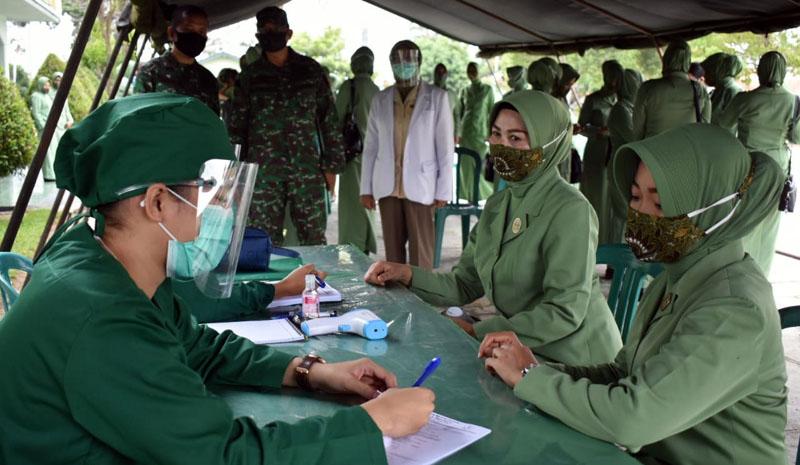 FOTO : Persit Koorcabrem 042 PD II Sriwijaya menggelar Pemeriksaan Infeksi Visual Asam Asetat (IVA Test di Aula ZB Palaguna Yonif R-142/KJ Kasang, Jambi, Senin (10/08/20)