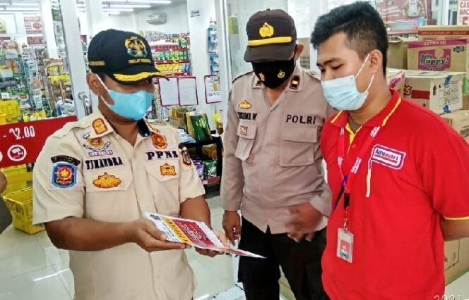 Satgas Memberikan Arahan Kepada Salah Satu Karyawan Minimarket. FOTO : Istimewa