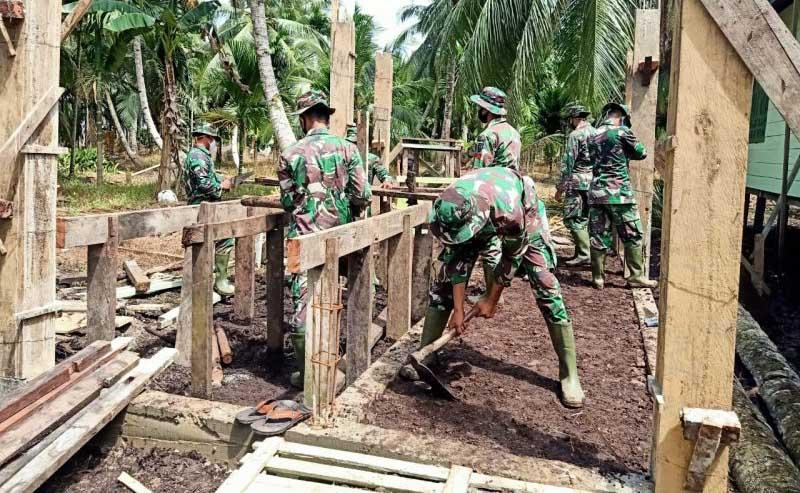 FOTO : Satgas TMMD Mengerjakan Pembangunan WC dan Tempat Wudhu Masjid At-Taqwa Dusun 2 Sungai Kapas Desa Labuhan Pering, Kecamatan Sadu, Kabupaten Tanjab Timur.